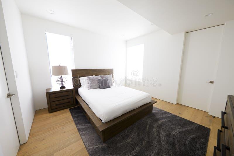 Ledar- sovrum i ett modernt familjhem, solljus, inga personer royaltyfria foton
