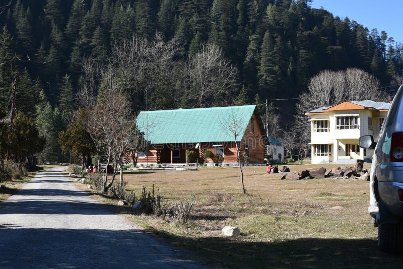 Ledare: Barot Mandi, Himachal Pradesh, Indien: DEC 28th, 2015: PWD vilar huset i Barot, det är en berömd turist- fläck royaltyfri fotografi
