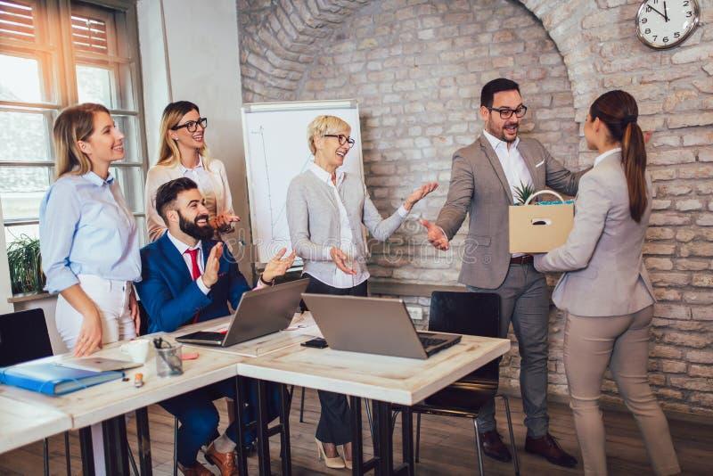 Ledare för lagledare som introducerar ny precis hyrd kvinnlig anställd till kollegor arkivfoton