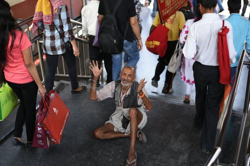 Ledare: Gurgaon Delhi, Indien: 06. Juni 2015: En oidentifierad gammal tiggeri för fattig man från folk på Gurgaon, Delhi M G-vägt arkivbilder