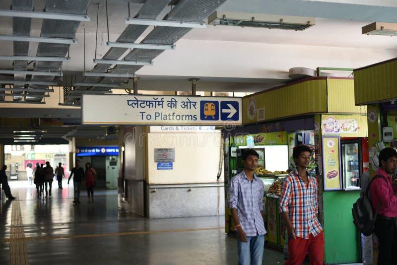 Ledare: Gurgaon Delhi, Indien: 06. Juni 2015: Folk i komplex för tunnelbanadrevstation på den MG vägGurgaon stationen royaltyfria foton