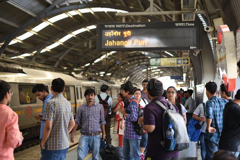 Ledare: Gurgaon Delhi, Indien: 06. Juni 2015: Väntande på tunnelbanadrev för folk på den MG vägGurgaon stationen royaltyfri bild