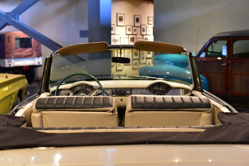 Ledare: Gurgaon Haryana, Indien: April 09., 2016: Skinande modell för Pontiac stormLe Mans cabriolet 1962 i museum fotografering för bildbyråer