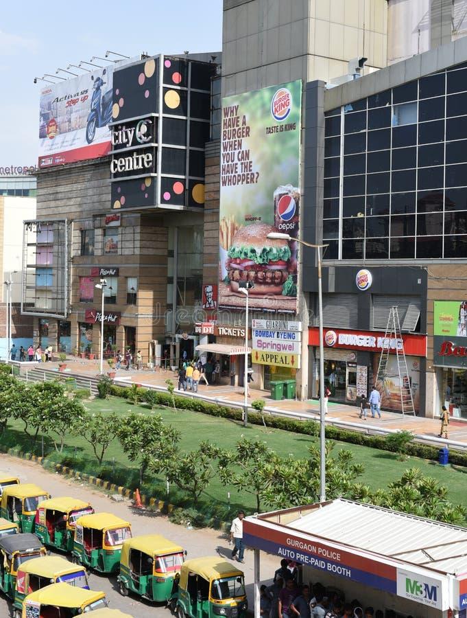 Ledare 07h Juni 2015: Gurgaon Delhi, Indien: Avskiljare-gallerian på MG vägen i Gurgaon, är den en av de första galleriorna i Gur royaltyfri fotografi