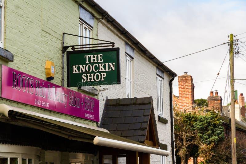 Ledare: Tecknet för Knockinen shoppar vits av att knacka shoppar royaltyfria bilder