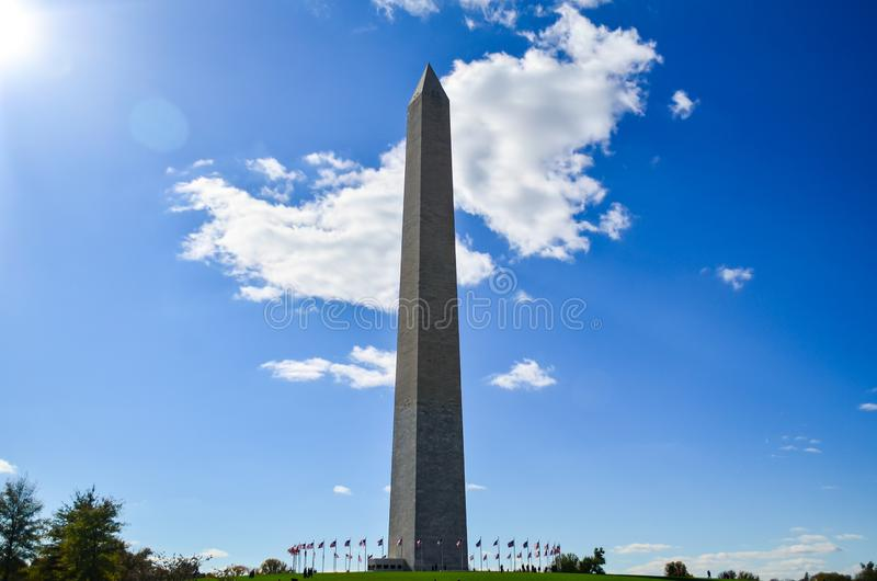 Ledare: Washington DC USA - 10th November 2017 Washington Monument i morgonen med blå himmel och molnet royaltyfri fotografi