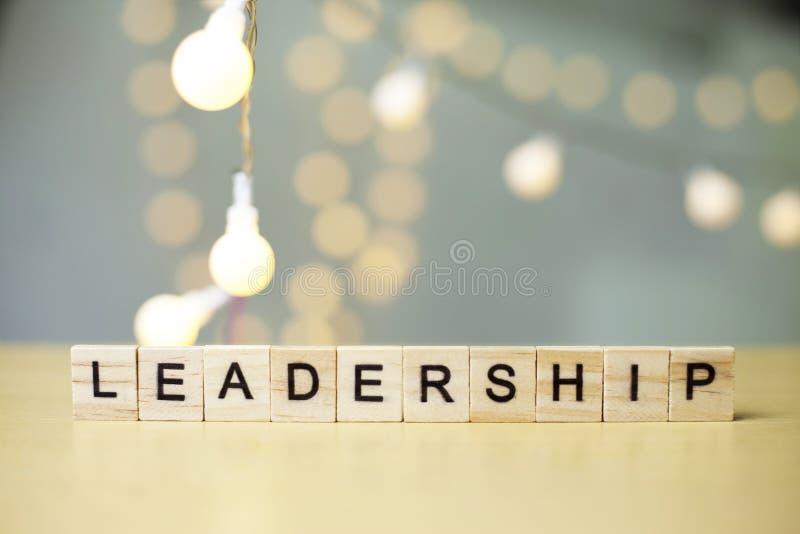 Ledarskap begrepp för affärsordcitationstecken arkivbild