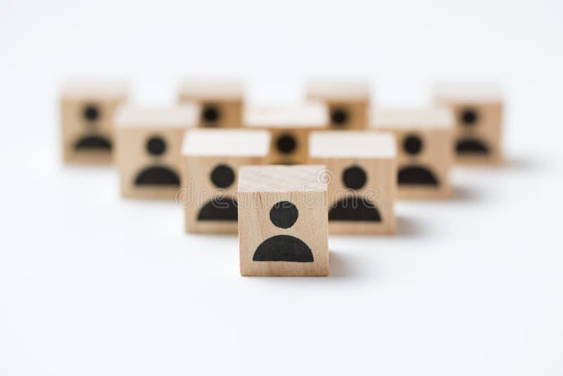 Ledarskap eller teamworkbegrepp genom att använda folksymbolskuber arkivbilder