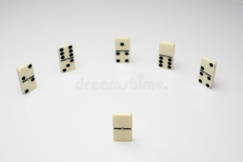 Ledarskapbegrepp med dominobrickategelplattor i cirkel royaltyfri foto