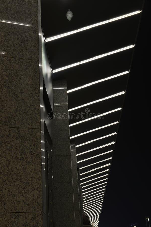 Ledd Œnight för gardinwallï¼ belysning av modern kommersiell byggnad arkivbild