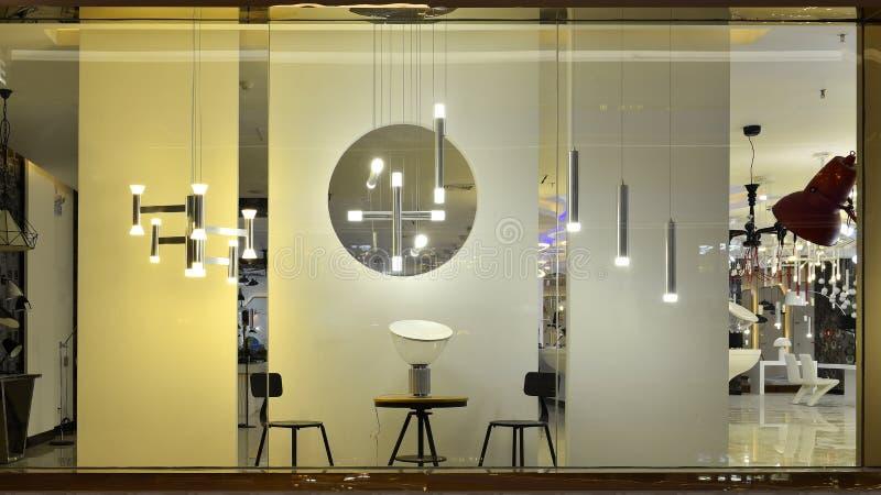 Ledd belysning shoppar fönstret arkivfoton