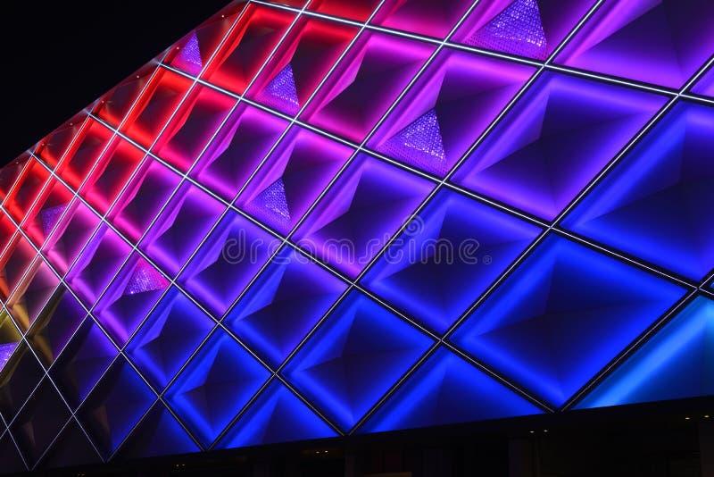 Ledd gardinvägg, nattbelysning av modern kommersiell byggnad arkivfoton