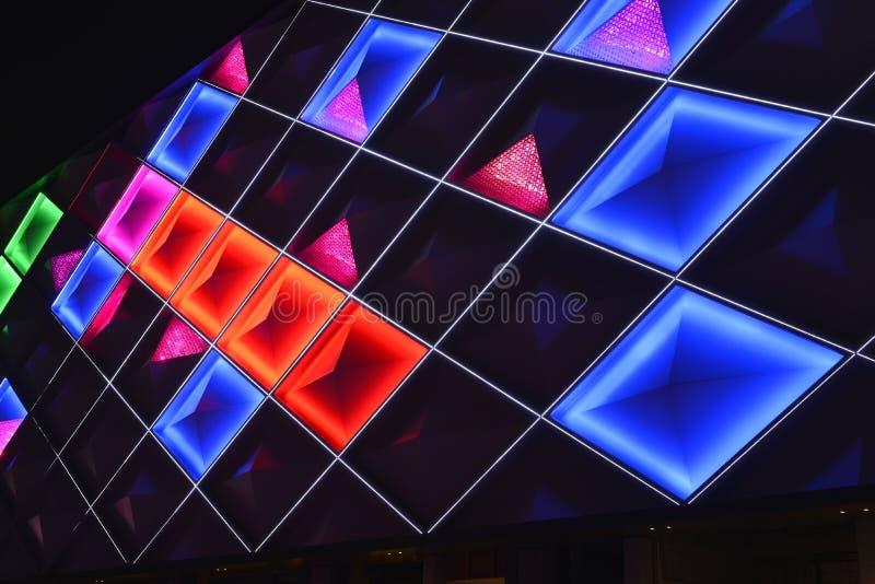 Ledd gardinvägg, nattbelysning av modern kommersiell byggnad royaltyfria foton