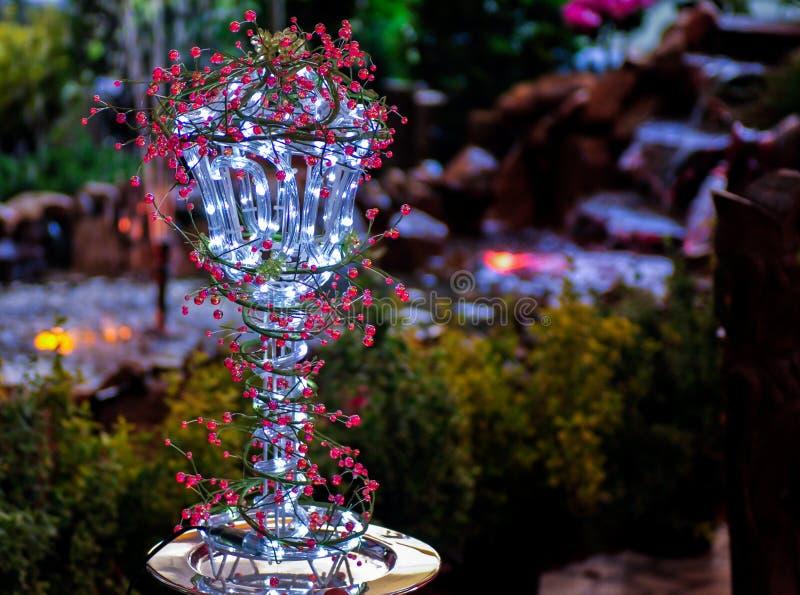 Ledd lampa i en trädgård royaltyfri bild