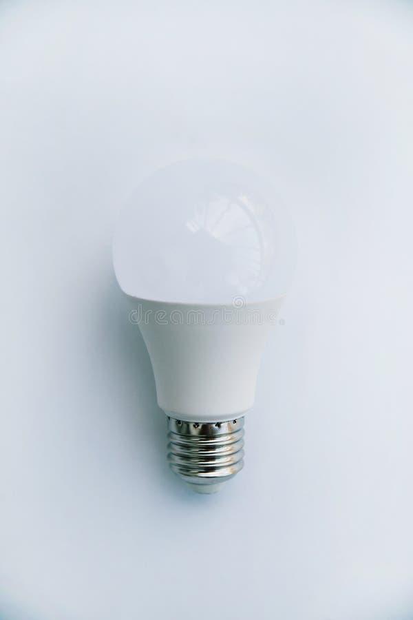 LEDD lampa p? en vit bakgrund royaltyfria foton