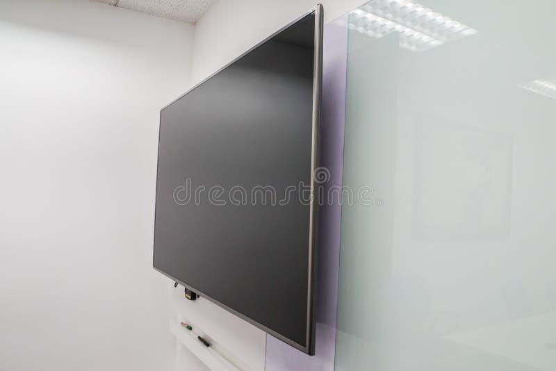 LEDD stor internettelevisionskärm med whiteboard i styrelse royaltyfria bilder