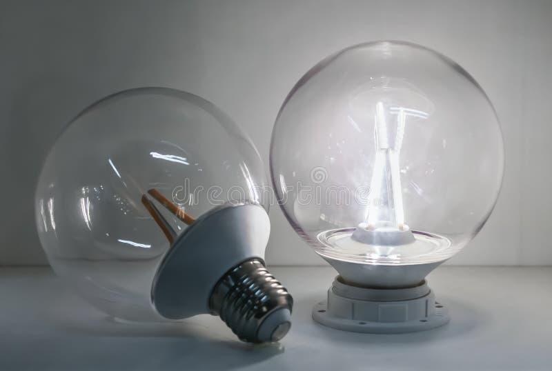 Ledde den genomskinliga lampan för exponeringsglas som den klassiska bollformen är på, och en genomskinlig lampa för lett exponer royaltyfri fotografi