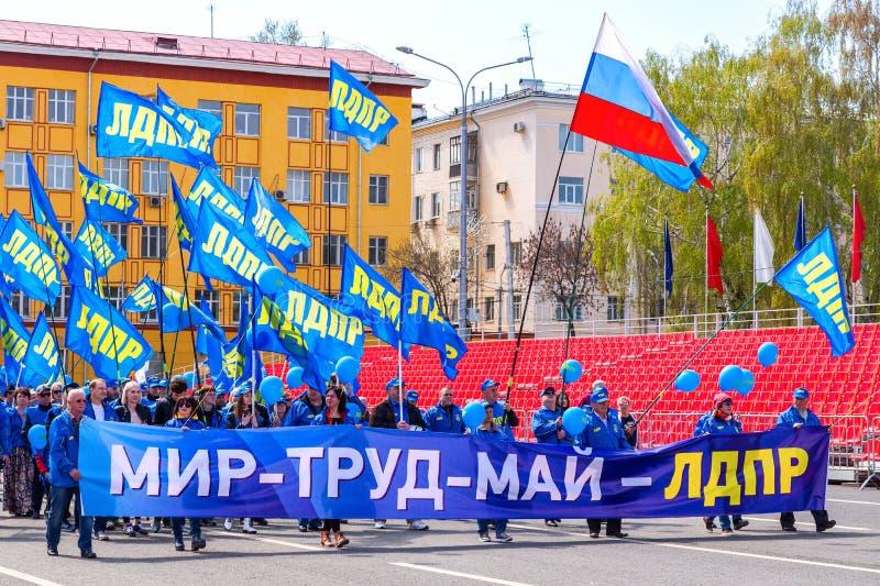 Leden van LDPR bij de demonstratie op Dag van de Arbeid Tekst in Rus: De vrede, Arbeid, mag stock fotografie