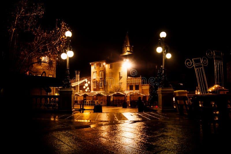 Ledeni Adwentowi boże narodzenia wprowadzać na rynek przy nocą w Zadar, Chorwacja obrazy royalty free