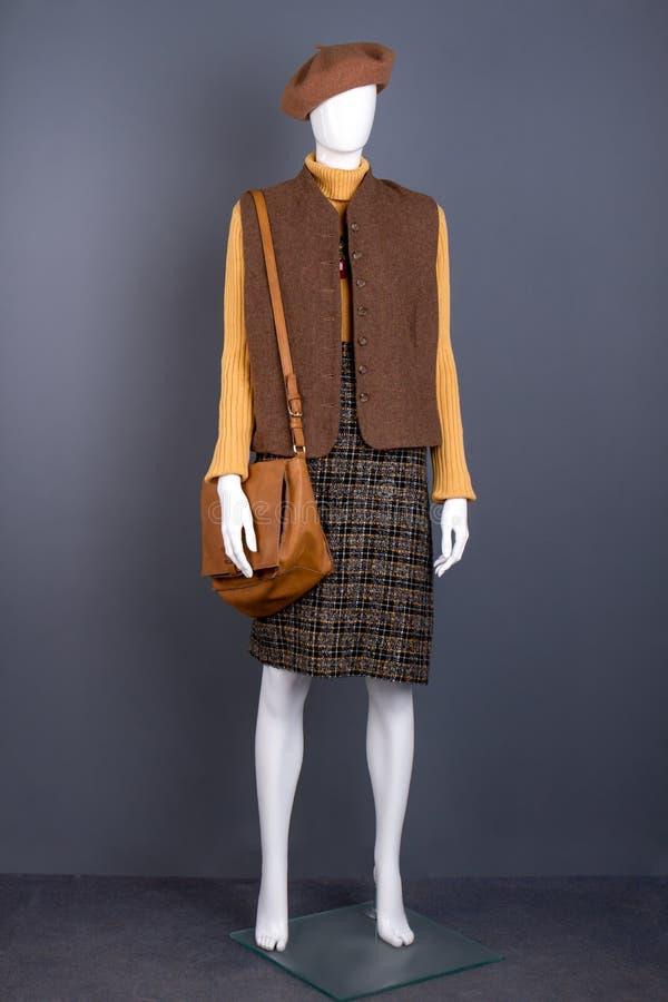 Ledenpop in baret, vest en rok stock fotografie