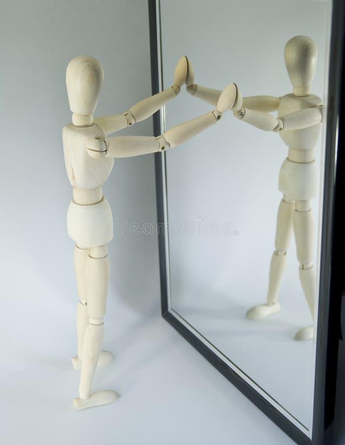 Ledenpop die in spiegel kijkt stock fotografie