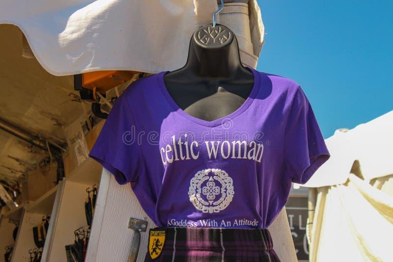 Ledenpop met t-shirt die Keltische vrouw een Godin met een Houding bij Schotse Spelen in Tulsa Oklahoma de V.S. 9 17 2016 zegt stock afbeelding