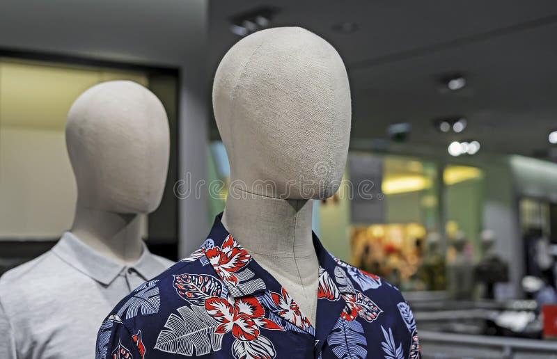Ledenpopmannetje met de zomerkleren Mannelijke ledenpop in een boutique royalty-vrije stock foto
