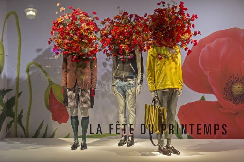 Ledenpoppen in de showcase van een warenhuis in Parijs stock foto's