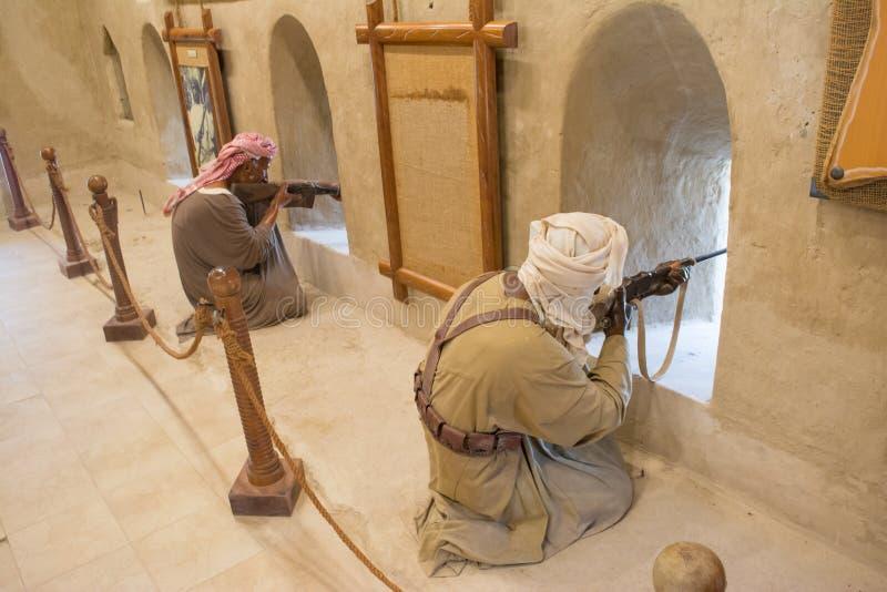 Ledenpoppen van de Arabische strijders die fort beschermen die geweren gebruiken stock afbeeldingen