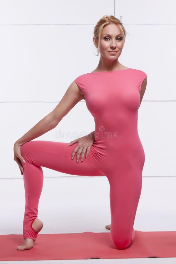 Leder det perfekta idrotts- slanka diagramet för den härliga sexiga blondinen som är förlovat i yoga, pilates, övning eller kondi royaltyfri fotografi