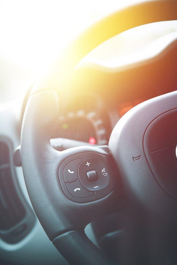 Leder-zwart stuurwiel met afstandsbediening, moderne auto, onscherp dashboard royalty-vrije stock afbeeldingen