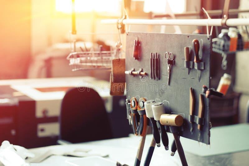 Lederne in Handarbeit machende Werkzeuge stockbild