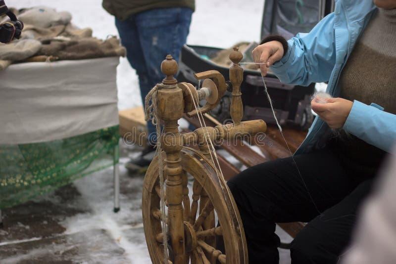 Lederne Handwerkswerkzeuge, -Thread und -schnallen auf Winterhintergrund stockbild