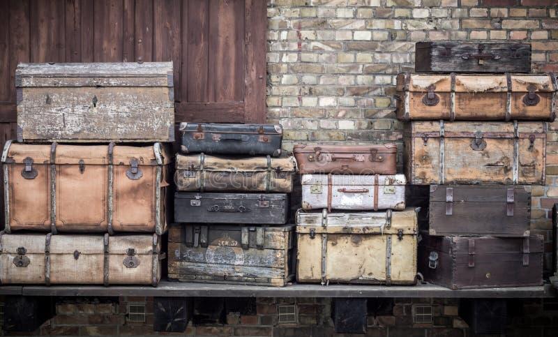 Lederne Koffer der Weinlese stapelten vertikal - Spreewald, Deutschland lizenzfreie stockfotografie