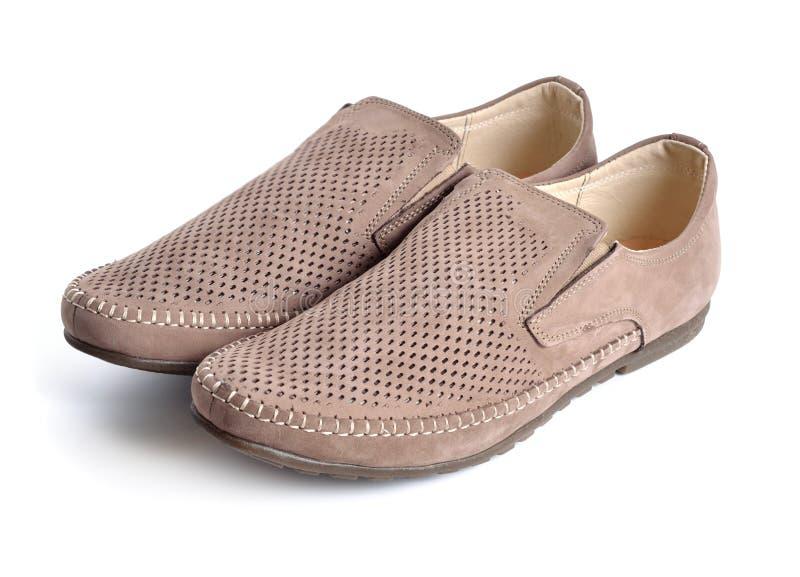 Lederne Männer ` s Schuhe mit Perforierung lokalisiert stockfotos