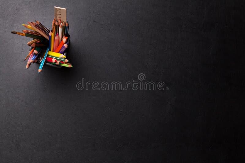 Lederne Schreibtischtabelle des Büros mit bunten Bleistiften stockfotos