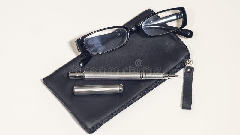 Lederne schwarze Abdeckung, Gläser und Stift Getrennt lizenzfreie stockfotos