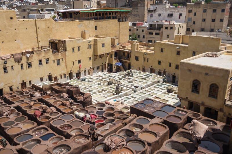 Lederne traditionelle Gerberei Chouwara in altem Medina von Fes EL lizenzfreies stockfoto