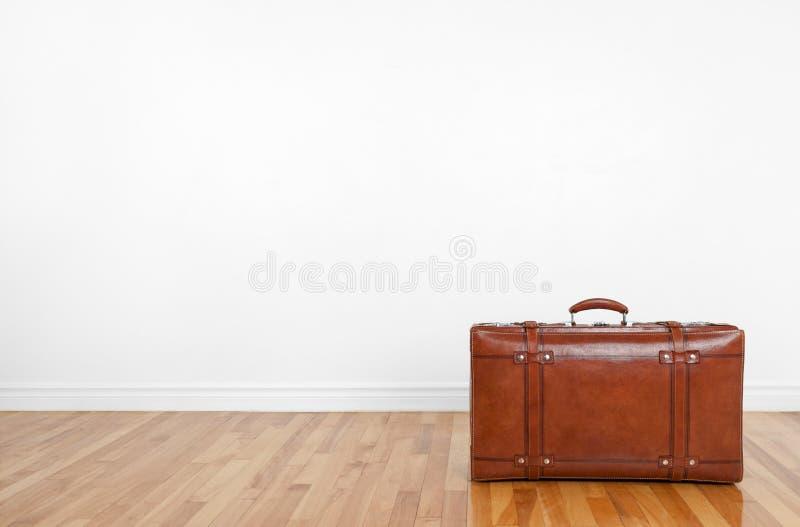 Lederner Koffer der Weinlese auf einem hölzernen Fußboden lizenzfreie stockfotos