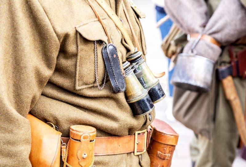 Lederner Pistolenhalfter der Weinlese, Ferngläser und andere Munition auf dem Gurt stockbild
