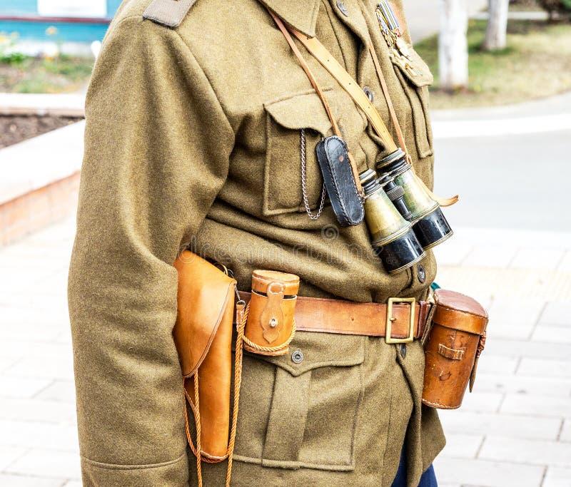 Lederner Pistolenhalfter der Weinlese, Ferngläser und andere Munition auf dem Gurt lizenzfreies stockfoto