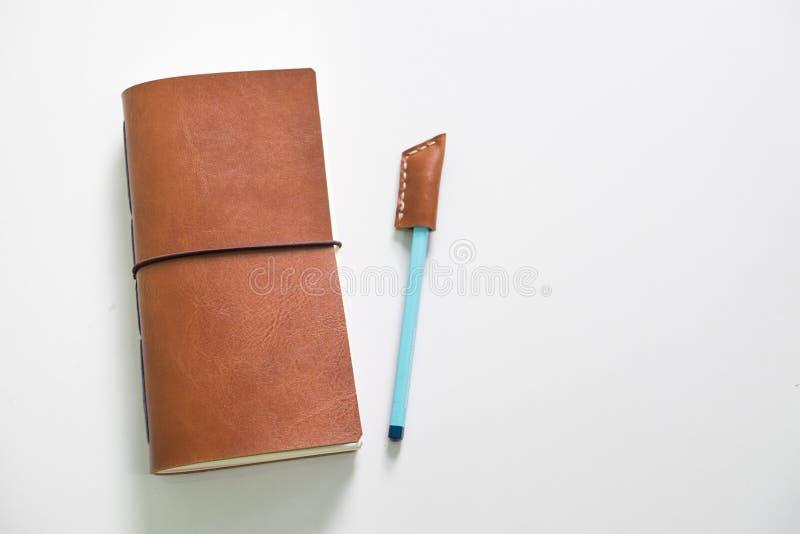 Ledernes Notizbuch und In Handarbeit machen mit Bleistiftabdeckung stockfotografie