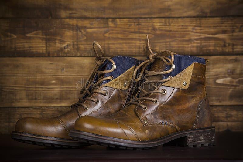 Lederstiefel-Weinlesehintergrund Browns neuer Abgenutzte Schuhe auf dem Ba lizenzfreie stockfotografie