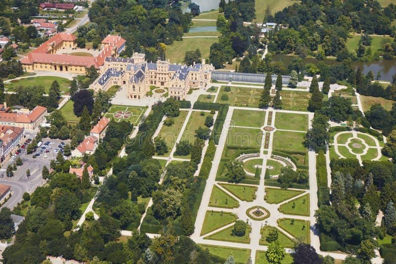Lednice Valtice地区鸟瞰图与城堡和一个公园的在南摩拉维亚,捷克 免版税库存照片