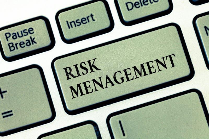 Ledning för handskrifttextrisk Menande utvärdering för begrepp av finansiella faror eller problem med tillvägagångssätt arkivbilder