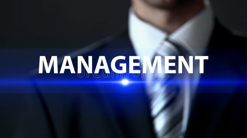 Ledning man i dräkten som framme står av skärmen, affärsstrategi, företag arkivbilder