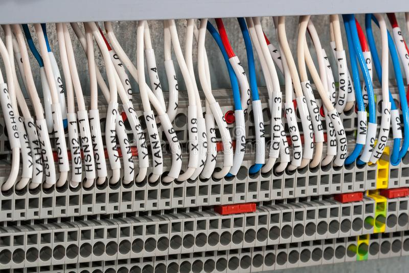 ledningsnätkontaktdon, slutliga kvarter och trådar royaltyfri bild