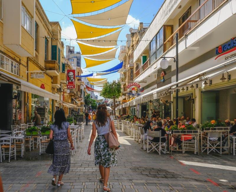 Ledra ulica w centre Nikozja Tylni widok dwa dama kupującego chodzi wzdłuż pedestrianised głównej zakupy ulicy obraz royalty free