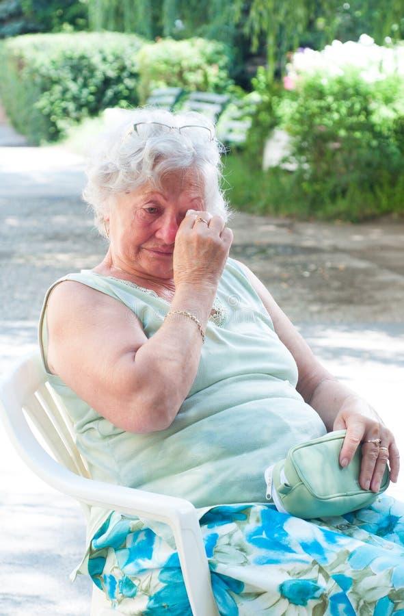 Ledsen äldre kvinna royaltyfria foton