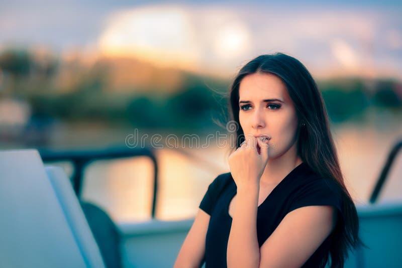 Ledsen angelägen kvinnaresande på vatten som handlar med fobi fotografering för bildbyråer